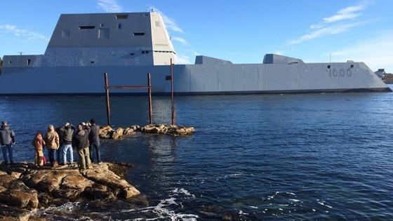 Die USS Zumwalt auf dem Weg vom Kennebec River in den Atlantik: Der größte Zerstörer der Welt, der pro Stück mindestens 4 Milliarden $ kostet, ist in den Atlantik zur ersten Testfahrt aufgebrochen.