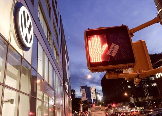 Amerikanisches VW-Autohaus in New York: Die mehr als 500 Sammelklagen gegen VW werden in Kalifornien verhandelt. Das entschied der Justizausschuss des US-Parlamentes.