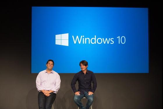 Terry Myerson (li.), Microsofts Executive Vice President für Betriebssysteme, undJoe Belfiore bei der Vorstellung von Windows 10. Das war Ende September 2014. Aussitzen will das Unternehmen die Umstellung der Windows-User auf das neue Betriebssystem nicht. Sondern baut Druck auf für ein schnelles Update.