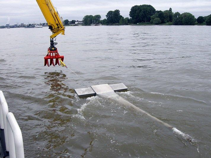 Das Fanggerät Manta Trawl im Rhein bei Köln-Porz: Das Gerät, das direkt auf der Oberfläche schwimmt, ist vorne mit einem Fliessgeschwindigkeitsmesser ausgestattet.
