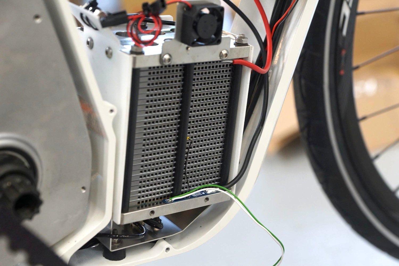 Die Brennstoffzelle lässt getankten Wasserstoff mit Umgebungssauerstoff reagieren. Dabei entsteht Wasserdampf und Energie für den E-Motor.