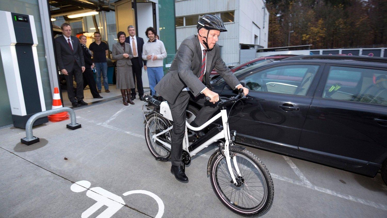 Der Stuttgarter Oberbürgermeister Fritz Kuhn fuhr während seines Besuchs beim DLR auf einem Cargo-Pedelec mit Brennstoffzelle.