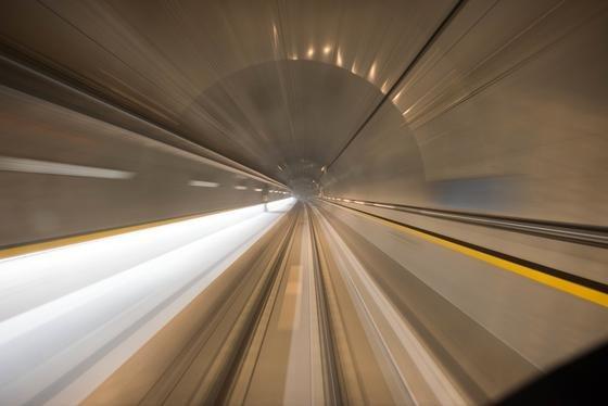 Testfahrt im Gotthardtunnel: Mit bis zu 275 km/h rasen derzeit Züge durch die Tunnelröhre, um die Technik auf Herz und Nieren zu überprüfen.