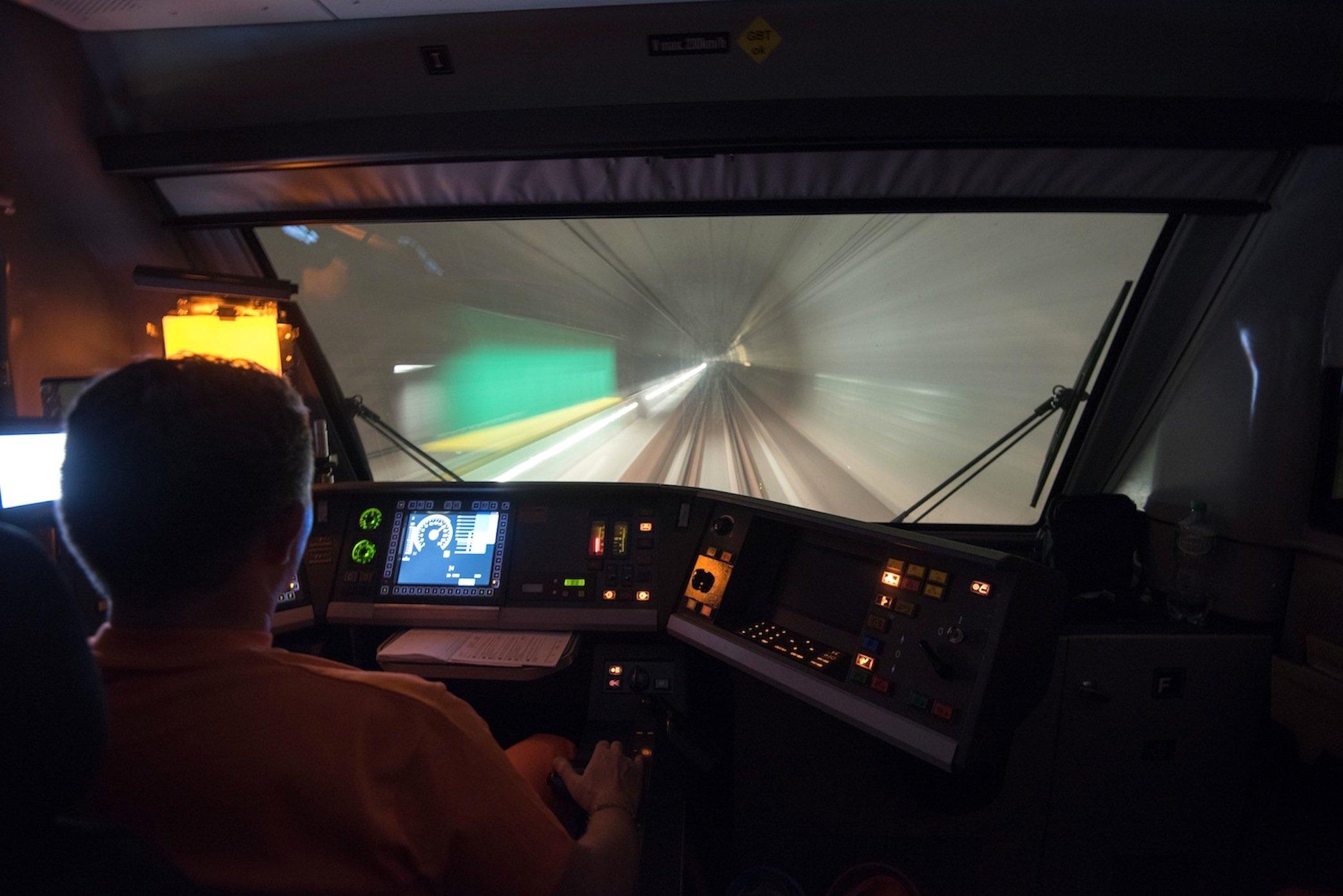 Die AlpTransit Gotthard AG hat für die Testfahrten einen ICE-S aus Deutschland gemietet. Im Februar 2016 sollen erste Güterzüge durch den 57 km langen Tunnel unter den Alpen rollen.