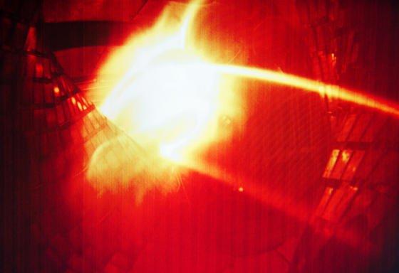 Ein farbig aufbereitetes Computerbild zeigt das erste Plasma aus der Kernfusionsforschungsanlage Wendelstein 7-X. Dafür wurden10 mg Helium in die Vakuumkammer der 725 Tonnen schweren Anlage eingeleitet und auf 1 Million °C erhitzt.