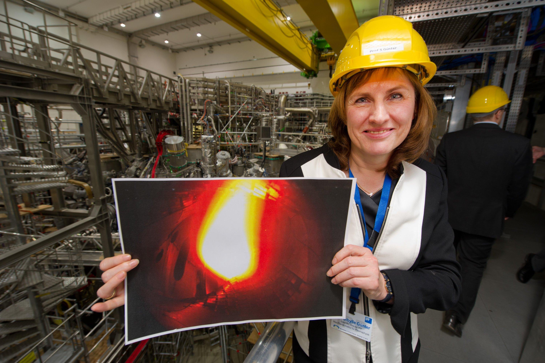 Die wissenschaftliche Direktorin der Forschungsanlage Wendelstein 7-X, Sibylle Günter, zeigt stolz ein Bild des ersten Plasmas. Als nächstes wollen die Forscher ein Plasma aus Wasserstoff erzeugen – das ist etwas schwieriger.