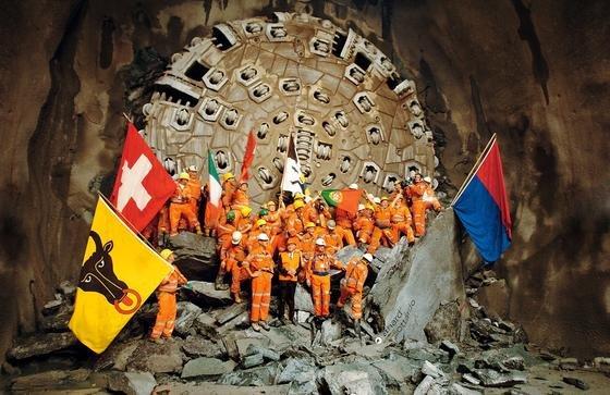 Diesel Bild ging um die Welt: Am15. Oktober 2010 gelang derBohrmaschine Sissiin der Oströhre der Durchbruch – genau um 14.17 Uhr.