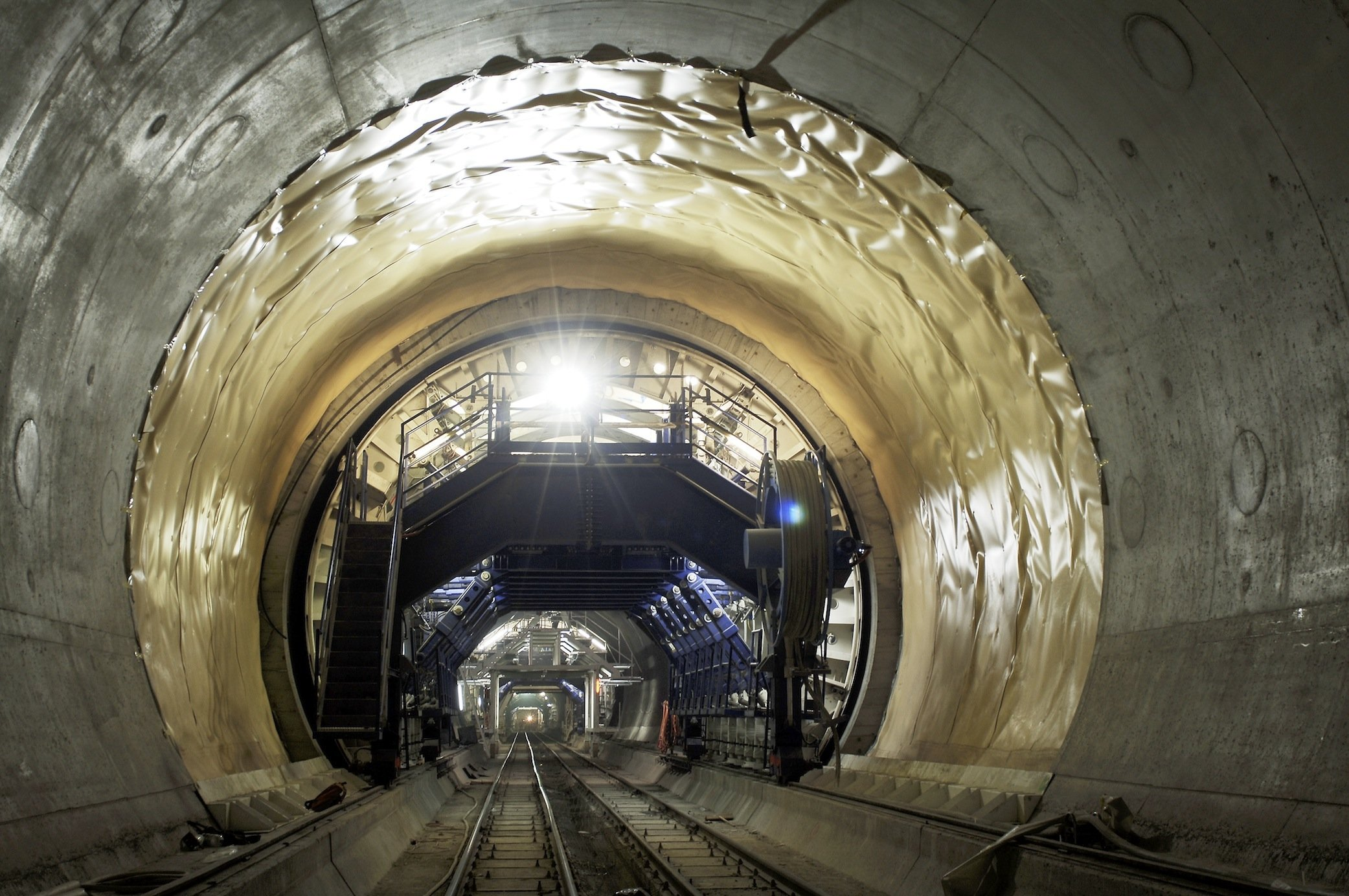 Schalwagen im Gotthardtunnel: Die Tunnelwände wurden alle 2 cm vermessen, um immer die richtige Menge Beton aufzutragen.