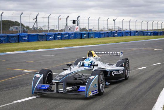 Bei der Formula-E treten Elektro-Rennwagen gegeneinander an – allerdings noch mit Fahrern hinter dem Steuer. Das soll sich bei Roborace ändern.