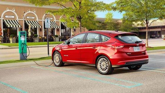 Ford Focus Electric beim Stromtanken: Der US-Autobauer verspricht, dass sich der Akku der neuen Version in nur 30 Minuten zu 80 % laden lässt.