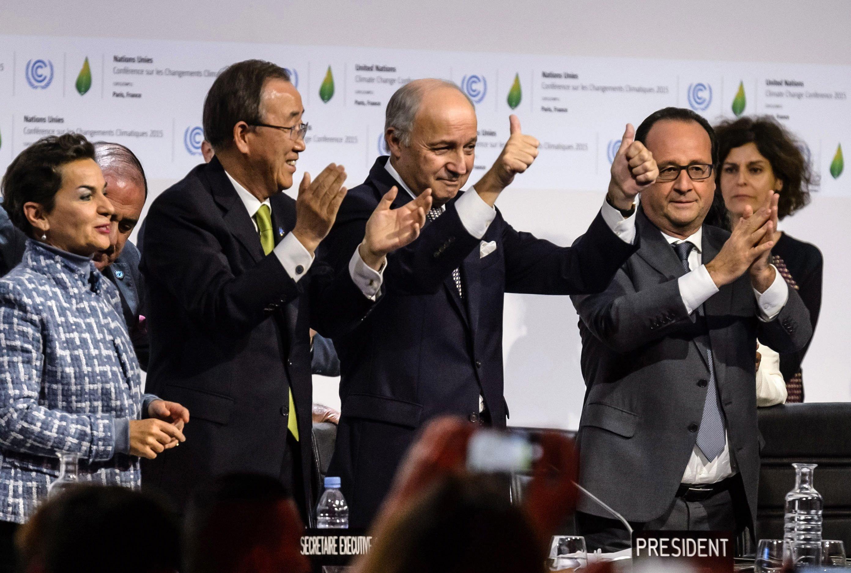 Mit einem so ehrgeizigen Abschlussdokument hatte im Vorfeld der Weltklimakonferenz in Paris niemand gerechnet: Über das Ergebnis freuen sich (v.r.n.l.)UN-Klimachefin Christiana Figueres,UN-Generalsekretär Ban Ki-moon,Frankreichs Außenminister und Konzerenzchef Laurent Fabius und Frankreichs Präsident Francois Hollande.