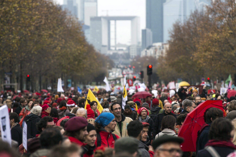 Demonstration in Paris für einen Erfolg der Weltklimakonferenz: Alle Ländern müssen bis 2018 Pläne vorlegen, wie sie die Klimaziele erreichen wollen.