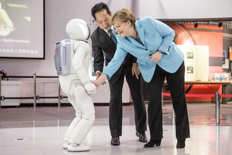 Noch unbesorgt: Bundeskanzlerin Angela Merkel begrüßte auf ihrer Japanreise im März einen humanoiden Roboter per Handschlag.