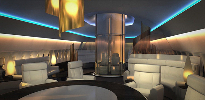 Aufzug des Sky Decks: Passagiere nehmen auf Ledersesseln Platz und fahren durch ein Loch in der Kabinendecke.