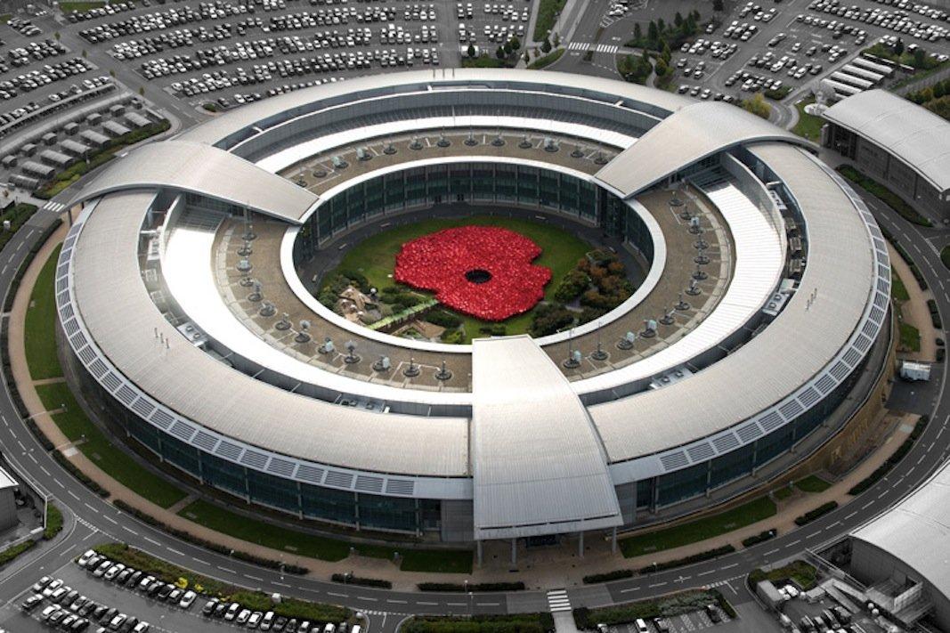 Zentrale des britischen Geheimdienstes GCHQ: Die Behörde hat nun auf Drängen von sechs Internet Providern zugegeben, nicht nur Computer, sondern auch Smartphone durch eingebettete Software zu abzuhören.