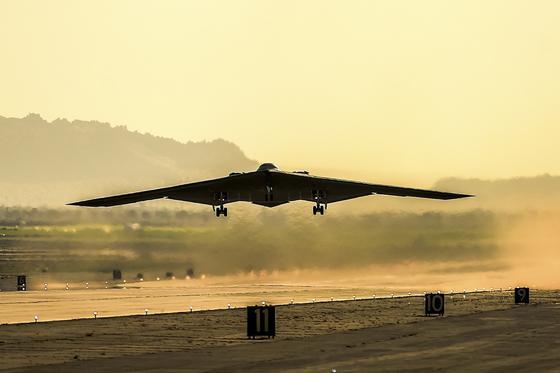 Der Langstreckenbomber B-2 von Northrop Grumman ist aktuell der modernste Langstreckenbomber der US Air Force.Northrop Grumman soll auch seinen Nachfolger bauen, den LSR-B. Zwar hat die US Air Force den Auftrag schon erteilt, aber das unterlegene Konsortium aus Boeing und Lockheed Martin hat eine Überprüfung beantragt.