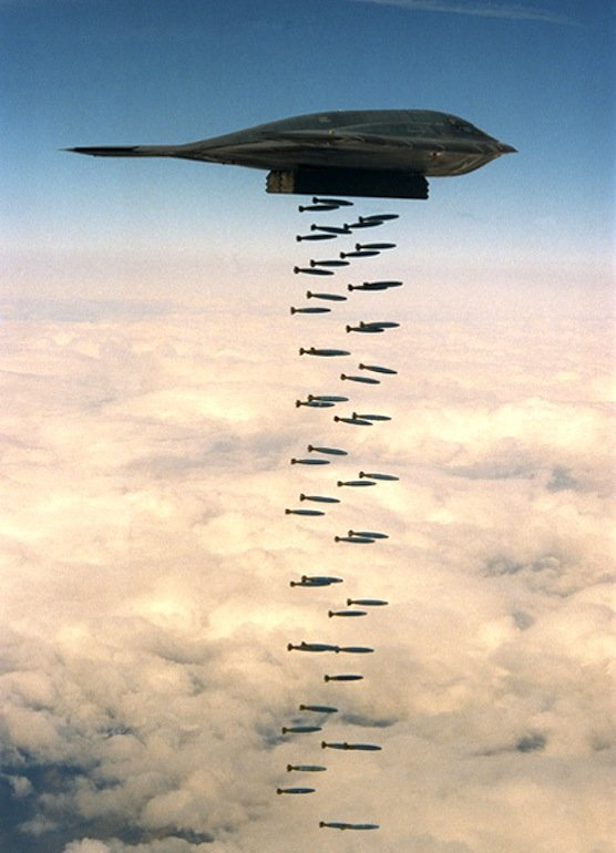 Langstreckenbomber B-2 wirft Bomben ab. Bislang umstritten ist, ob der Nachfolger LSR-B auch Nuklearwaffen an Bord haben wird.