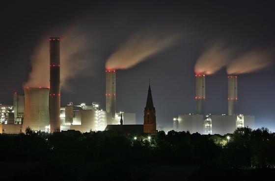 Vor allem Braukohlekraftwerke wie das Kraftwerk Frimmersdorf am Niederrhein emittieren jährlich 7 t Quecksilber. In den USA müssten die deutschen Kohlekraftwerke bis auf wenige Ausnahmen stillgelegt werden.