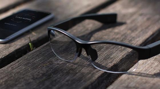 Die Brille von Jins Meme beobachtet den Träger, erstellt daraus ein Gesundheitsprofil und liefert im Zusammenspiel mit einer App Tipps für eine Veränderung des Lebensstils.