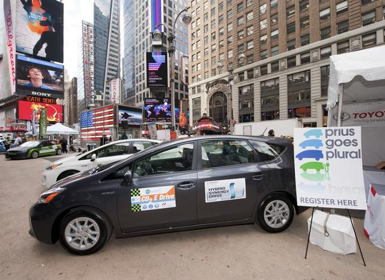 Toyota-Hybridmodelle auf dem Times Square in New York: Der japanische Autohersteller öffnet seine Car-IT auch künftig nicht für die Auto-Software von Apple und Google.