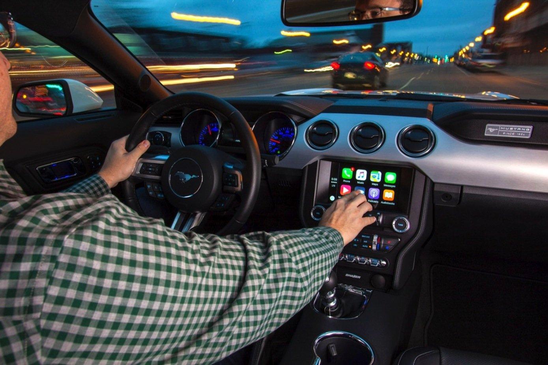 Ford Mustang mit integriertem CarPlay von Apple: Ford hat ein Open-Source-System für Autos entwickelt, für das es auch Schnittstellen gibt, um CarPlay und Googles Android Auto zu integrieren.
