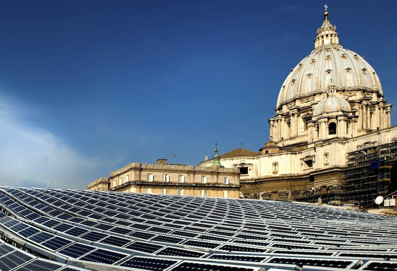 Solaranlage des Bonner Konzerns Solar World vor dem Petersdom im Vatikan: Der Zubau auch von Solaranlagen ist in Deutschland stark zurückgegangen.