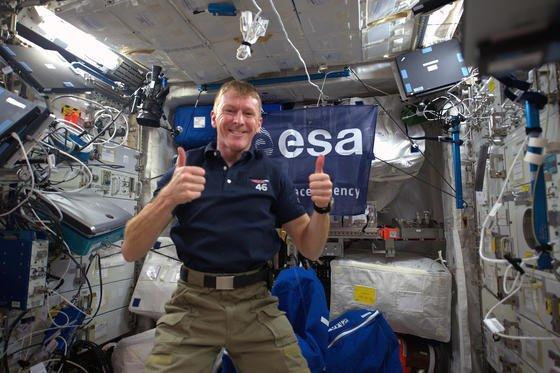 Daumen hoch: Das Raumfahrtjahr 2016 wird aus Sicht der ESA ein spannendes. Für den ESA-Astronauten Tim Peak hat es bereits auf der ISS begonnen.