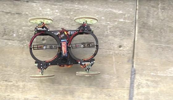 Der Fahrroboter VertiGo kann dank zwei leistungsstarker Propeller auch senkrechte Wände hochfahren. Die Propeller drücken das Fahrzeug an die Wand.