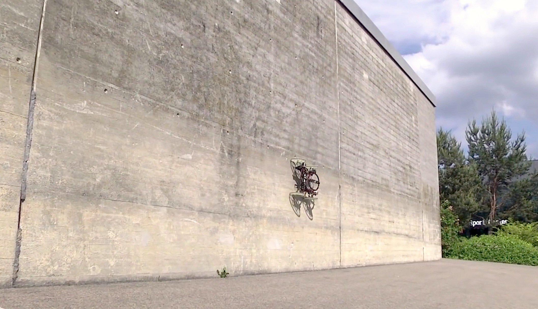Auch Hindernisse an der Wand wie Balken kann VertiGo mühelos überwinden. Theoretisch kann VertiGo dank der beiden Propeller sogar an der Decke entlang fahren.