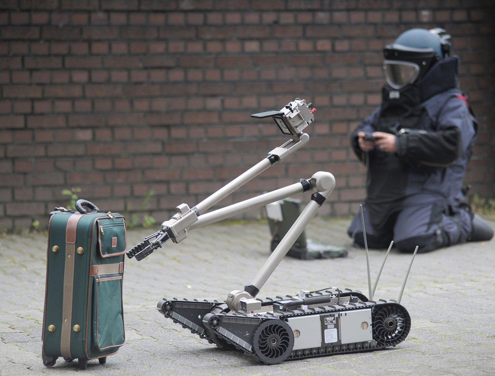 Ein Roboter könnte künftig ein verdächtiges Gepäckstück zunächst berühungslos durchleuchten.