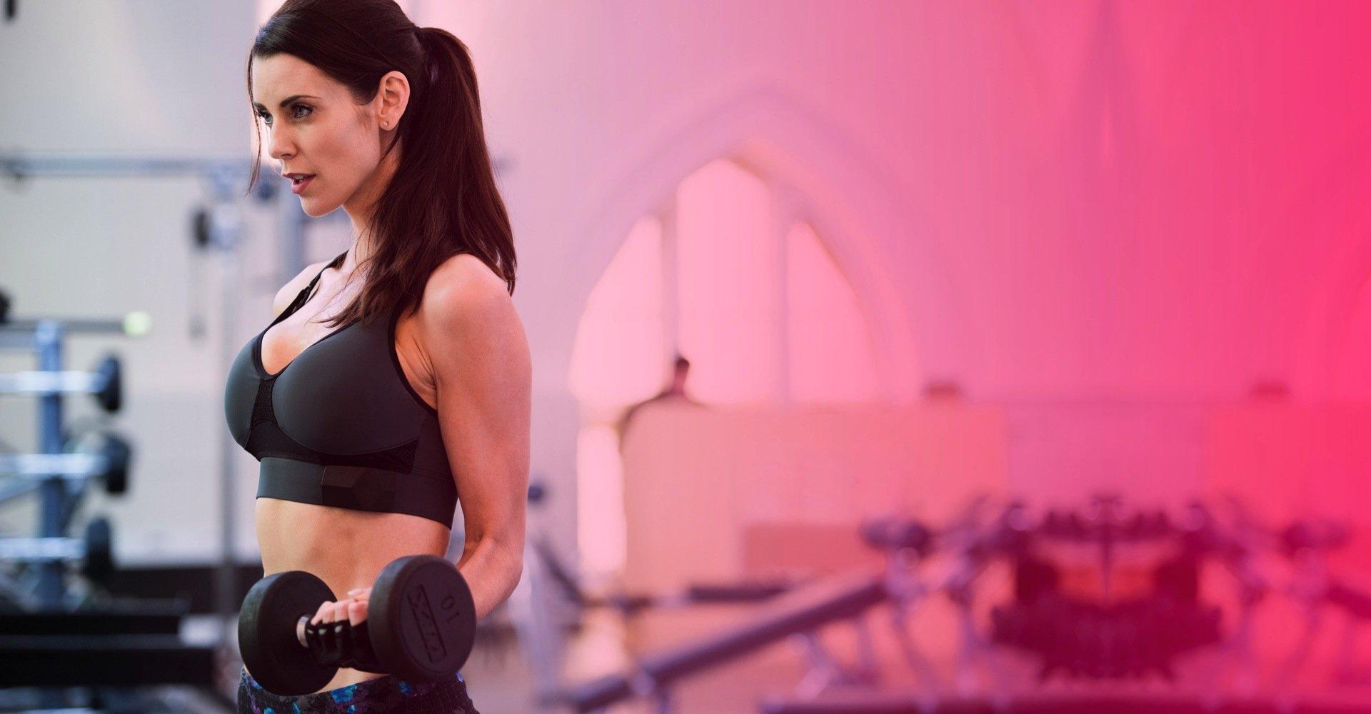 Der Sport-BH von OMsignal verfügt über zahlreiche, in denSaum eingenähte Sensoren. Sie messen beim Joggen die zurückgelegte Strecke, Atmung, Puls und Herzfrequenz, verbrannte Kalorien und den Müdigkeitsgrad des Körpers.