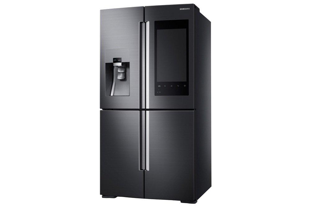 Dieser neue Kühlschrank von Samsung hat ein großes Display auf der Tür und ist per WLAN mit dem Internet und den Smartphones der Familienmitglieder verbunden. Die können auf dem Display eine gemeinsame Pinwand nutzen.