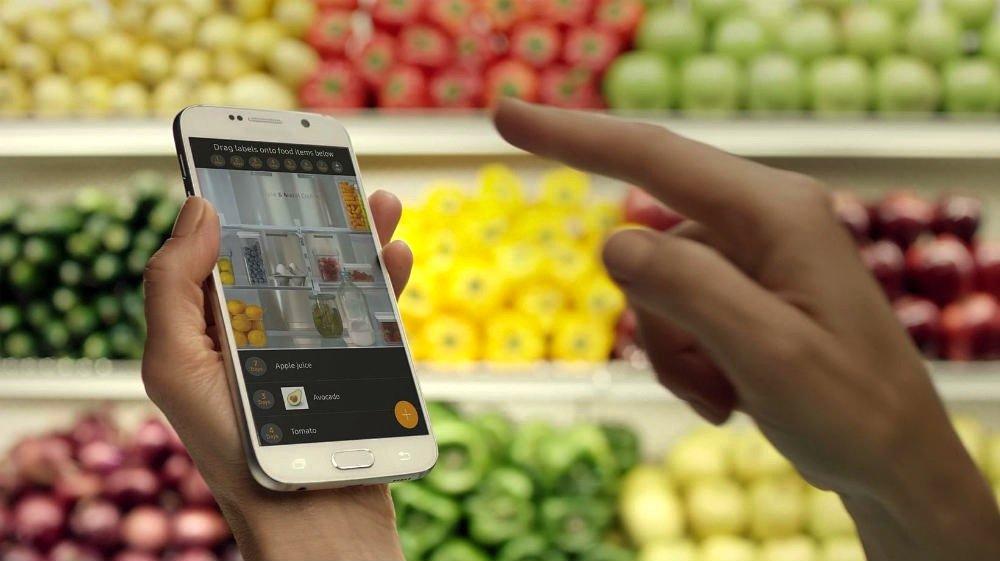 Der smarte Kühlschrank von Samsung ist mit dem Smartphone verbunden und meldet zum Beispiel Lebensmittel, deren Verfallsdatum erreicht ist.