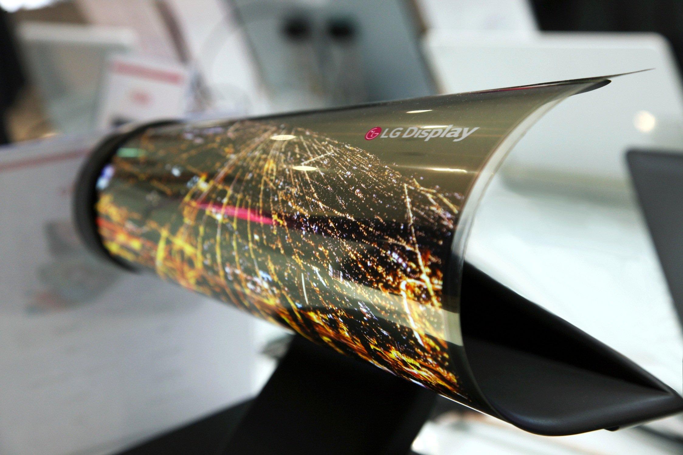 LG stellt auf der CES den Prototypen eines Displays vor, das sich wie eine Zeitung rollen lässt.