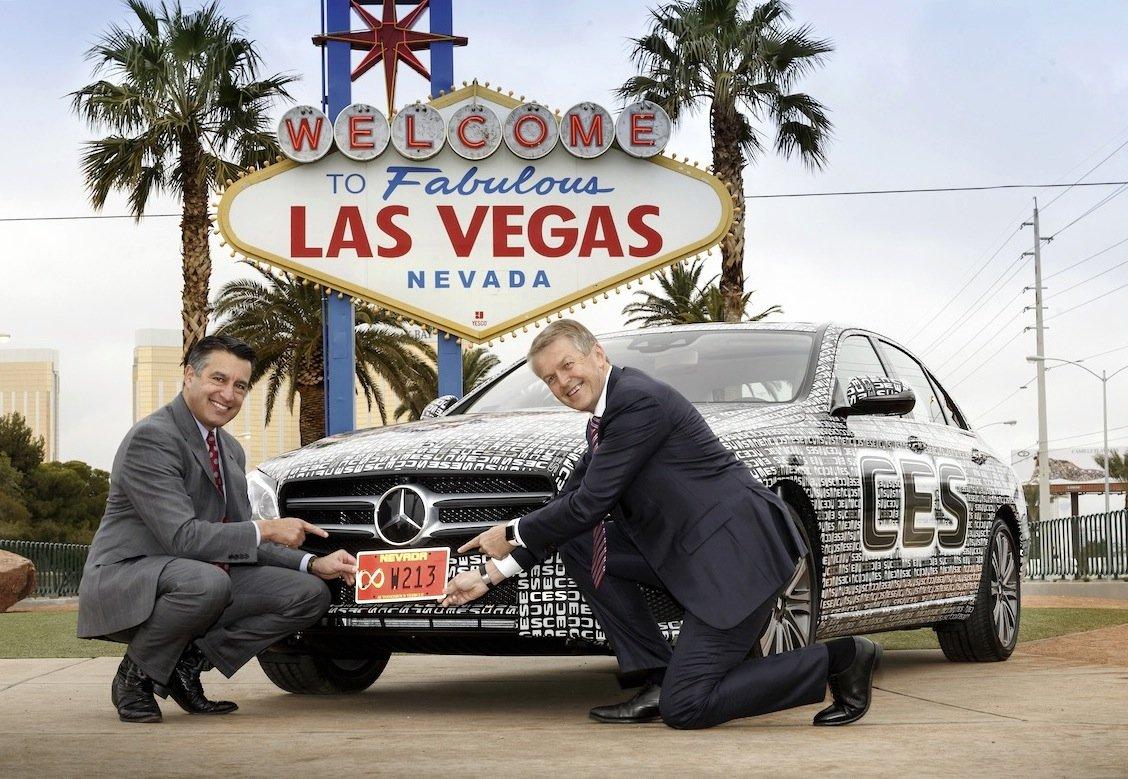 Noch leicht getarnt: Die neue E-Klasse ist unterwegs von Las Vegas nach Detroit. Entwicklungsvorstand Thomas Weber (r.) freut sich zudem über die Zulassung, mit der E-Klasse das autonome Fahren auf der Straße testen zu dürfen.