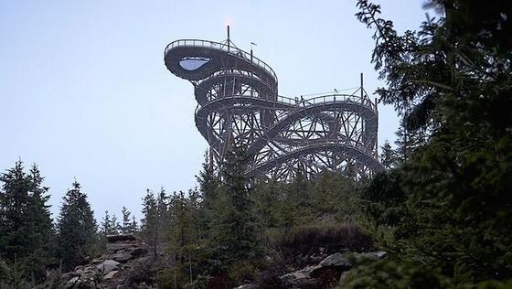 Auf1100 m Höhe erwartet den Touristen imtschechischen Urlaubsgebiet Dolní Morava eine 55 m hohe Aussichtsplattform.700 m lang führt der Weg spiralförmig und durch Geländer gesichert nach oben. Wer Lust hat, kann dann per Rutsche hinab gleiten.
