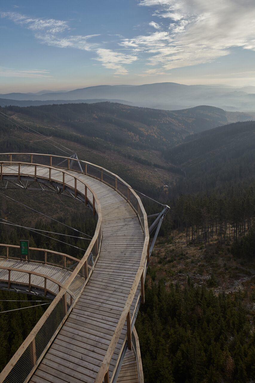 Eine grandiose Aussicht auf das Gebirgsmassiv Králický Sněžník, über dessen Gipfeln die Staatsgrenze zwischen Polen und Tschechien verläuft, erwartet die Besteiger desDolnì Morava Sky Walk.