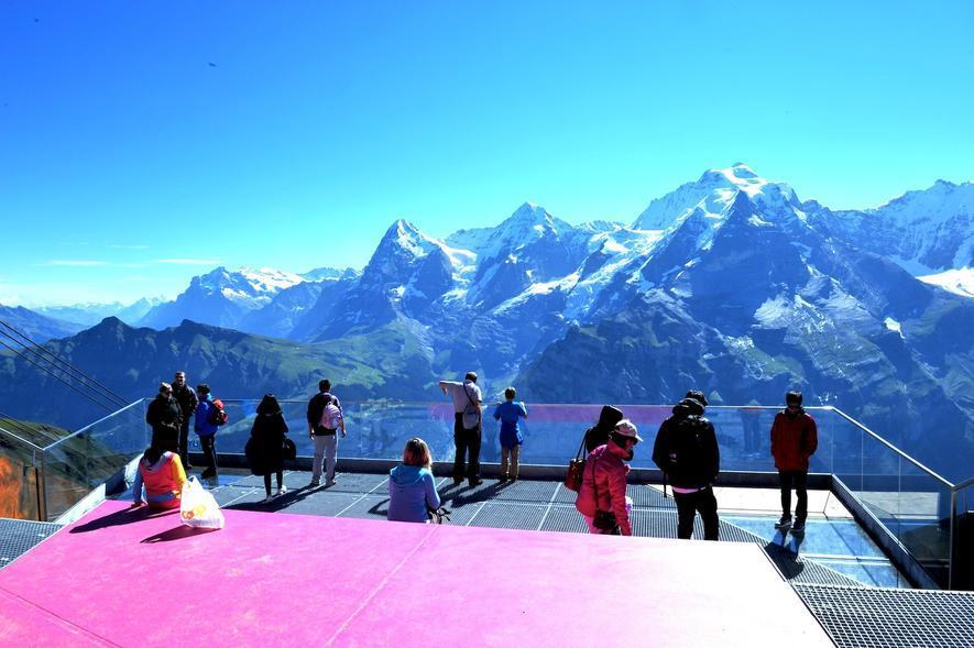 Blick vom Skyline Walk am Schilthorn auf Eiger, Mönch und Jungfrau: Die Plattform hat einen Boden aus Glas, der den Blick 200 Meter in die Tiefe schweifen lässt.