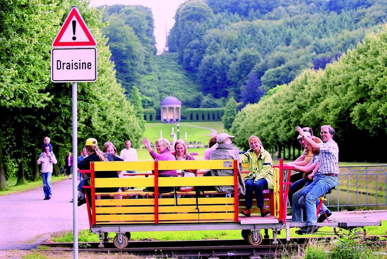 Gemeinsame Ausflüge einer Abteilung – hier die Fahrt mit einer Draisine in Kleve am Niederrhein – können das Zusammengehörigkeitsgefühl und Betriebsklima erheblich stärken.