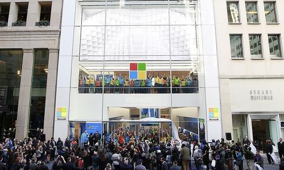 Flagship-Store von Microsoft auf der Fifth Avenue in New York: Jetzt will der Konzern den schleppenden Absatz seines Betriebssystems Windows 10 durch eine SIM-Karte ankurbeln. Und diese funktioniert nur unter Windows 10.