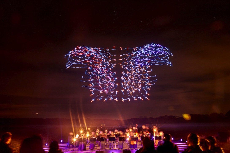 Die 100 Drohnen tanzten zu den Klängen eines Orchesters auf einem Flugplatz Ahrenlohein der Nähe von Hamburg.