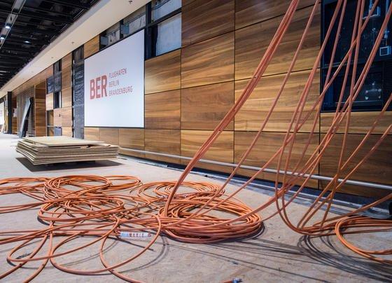 Von der Decke hängende Kabel im Hauptgebäude des Flughafens Berlin-Brandenburg im Oktober 2015: Offenbar hat BER-ChefKarsten Mühlenfeld die Befürchtung, dass auch der fünfte Eröffnungstermin Ende 2017 platzen könnte. Unternehmen wie Siemens und Bosch fordert er zu mehr Teamarbeit auf.
