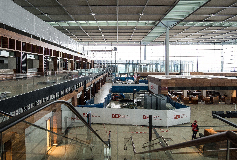 Eigentlich sieht die Empfangshalle des Flughafens Berlin-Brandenburg fast fertig aus. Doch nach wie vor ist der Brandschutz das Sorgenkind des Flughafens.