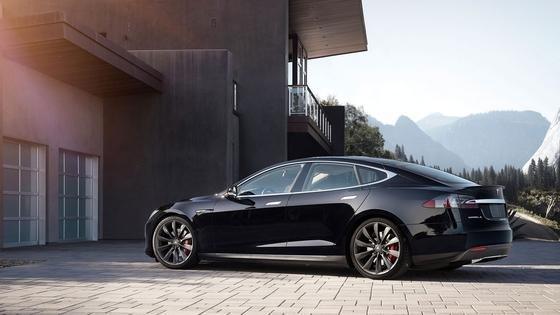 Fährt jetzt auch alleine aus und in die Garage: Tesla S mit neuem Autopilot.