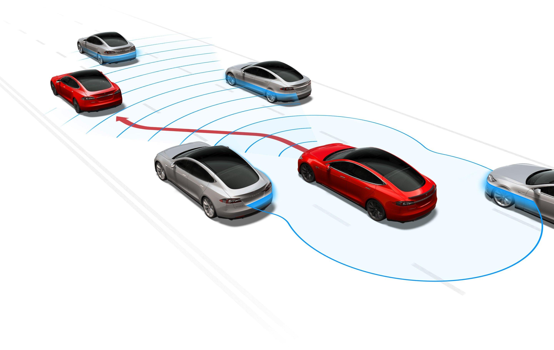 Der Autopilot von Tesla kann auch automatisch die Fahrspur wechseln und überholen.