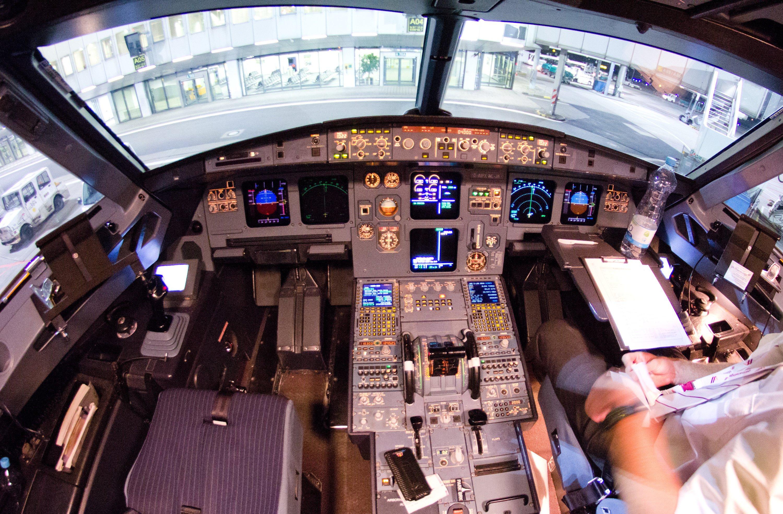 Blick in das Cockpit des verunglückten Airbus A320: Was die technische Ausrüstung moderner Flugzeuge anbelangt, hat deren Weiterentwicklung zu einer drastischen Verbesserung der Sicherheit beigetragen.