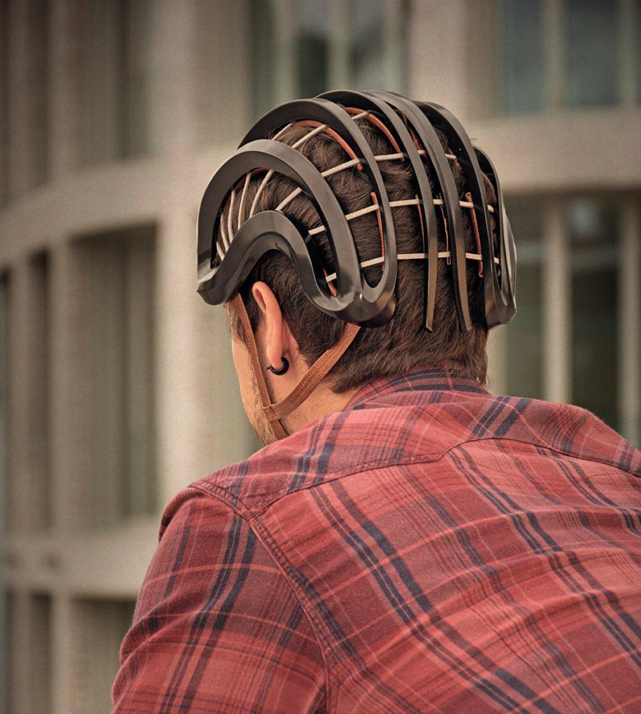 Aus elastischem Schaum und damit faltbar: Mayers erstes Radfahrerprodukt, der Helm Rove.
