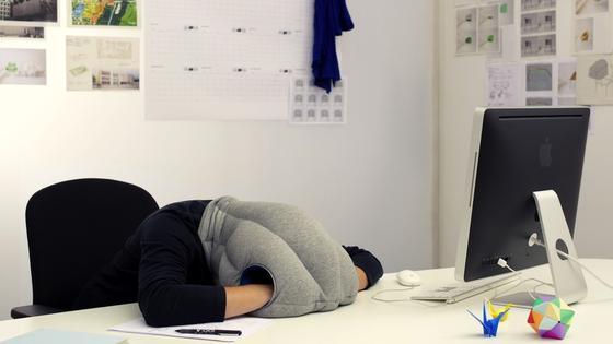 Ein kurzes Nickerchen im Büro steigert die Leistungskraft enorm. Inzwischen gibt es sogar Kissen wie das Ostrich-Pillow, das den Büroschlaf besonders bequem macht.