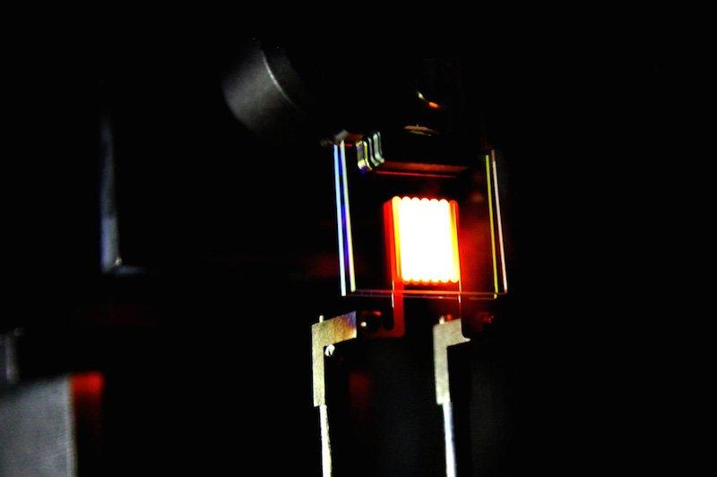 Prototyp einer neuen Glühbirne, bei der die Nanotechnologieeingesetzt wurde. Die Lichtausbeute ist vergleichbar mit der einiger Energiespar- und LED-Lampen.