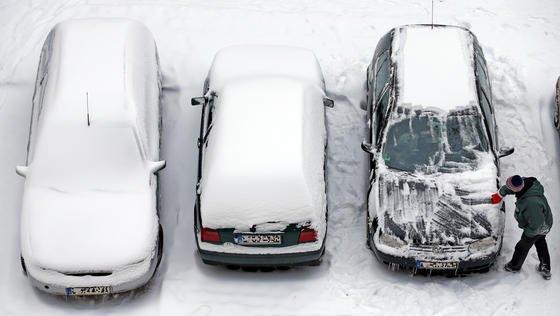 Ganz schön lästig, wenn Autos im Winter erstmal von Schnee und Eis befreit werden müssen. US-Forscher haben jetzt eine Folie entwickelt, die Sonnenlicht speichert und auf Befehl als Wärme abgibt. Das spart Zeit und erspart kalte Finger.